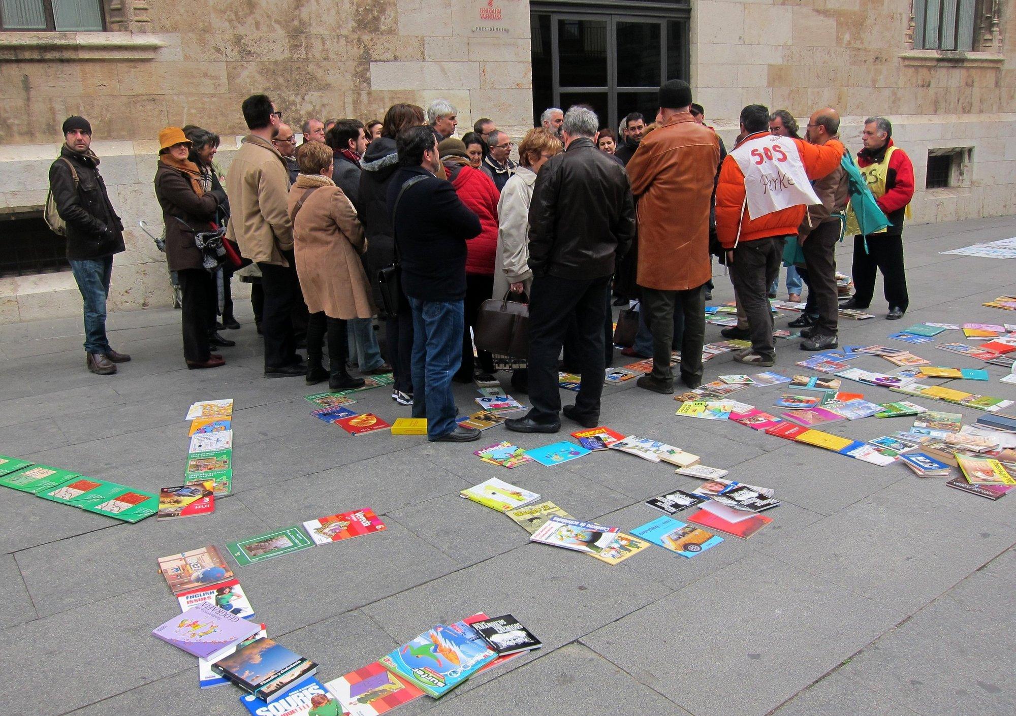 Medio centenar de libreros escriben con ejemplares »Volem cobrar» para reclamar al Consell los 31 millones del bonolibro