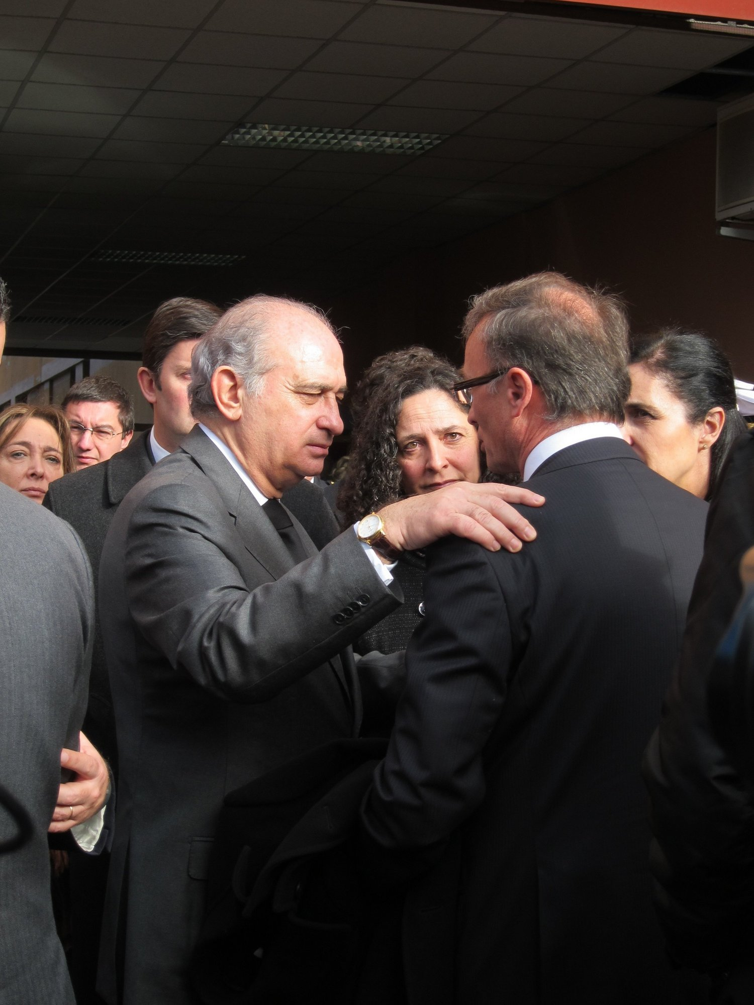 El ministro de Interior transmite el «pésame» del Gobierno a la Policía y familiares del policía fallecido en A Coruña