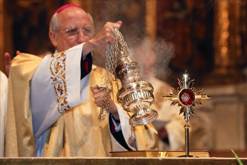 Una reliquia de la sotana de Juan Pablo II cuando sufrió el atentado, en Ávila