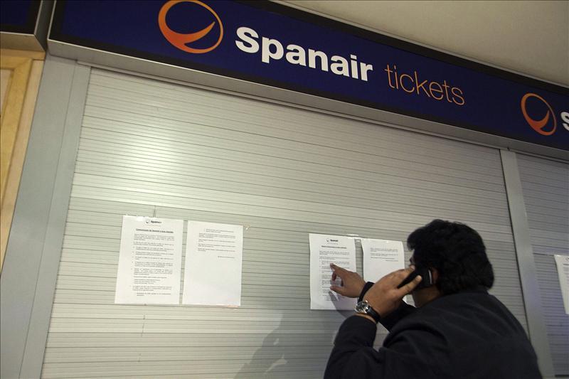 Sin billete y sin dinero: 23.000 afectados por Spanair buscan soluciones