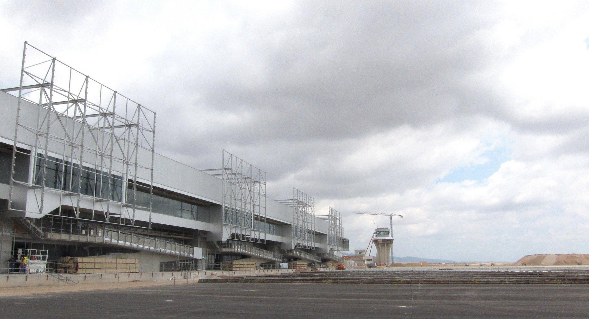 Sevilla anuncia que el primer avión aterrizará en el aeropuerto de Corvera a finales de junio