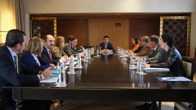 Soria insiste en una «seria reflexión» sobre el papel de las administraciones públicas dentro de las empresas privadas