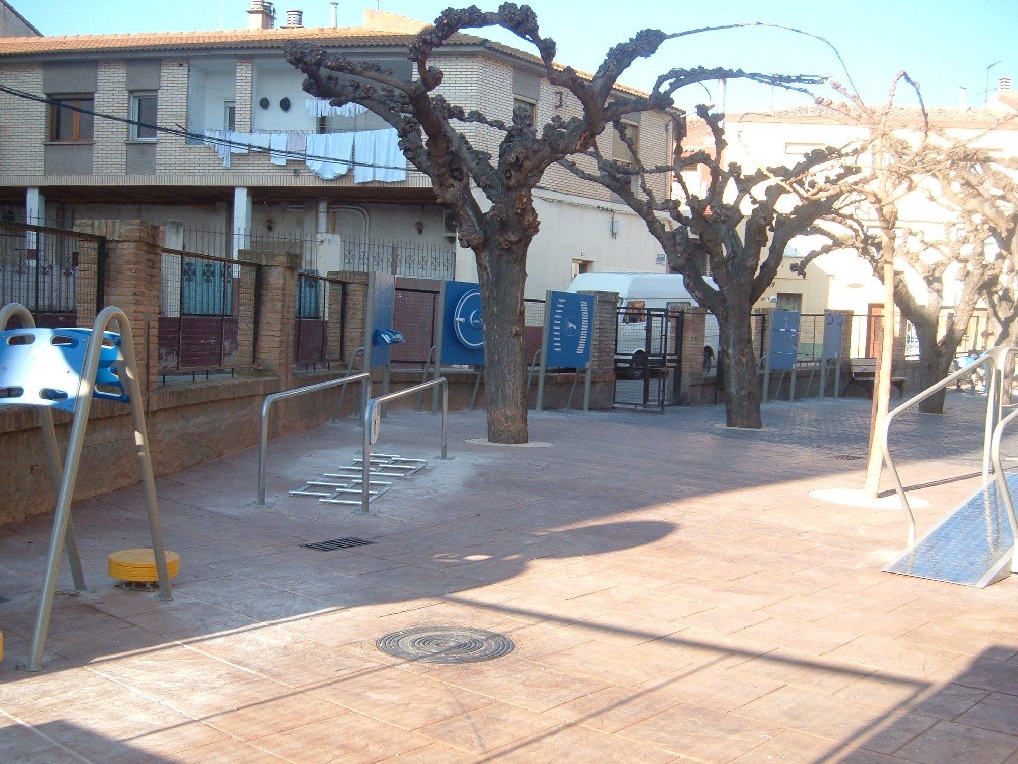 El Ayuntamiento de Alagón instala un parque de mayores en el patio del hogar de la tercera edad
