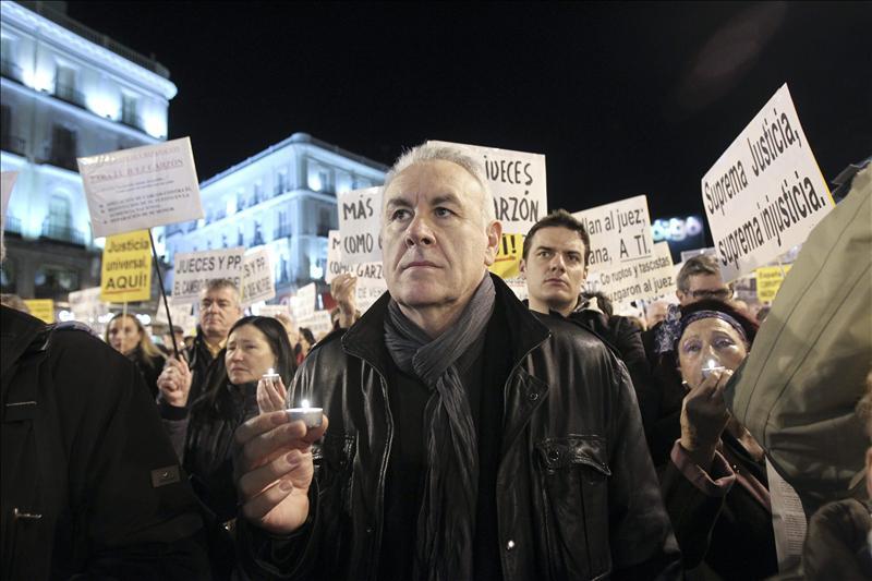 Miles de manifestantes salen a las calles de Madrid en apoyo a Garzón