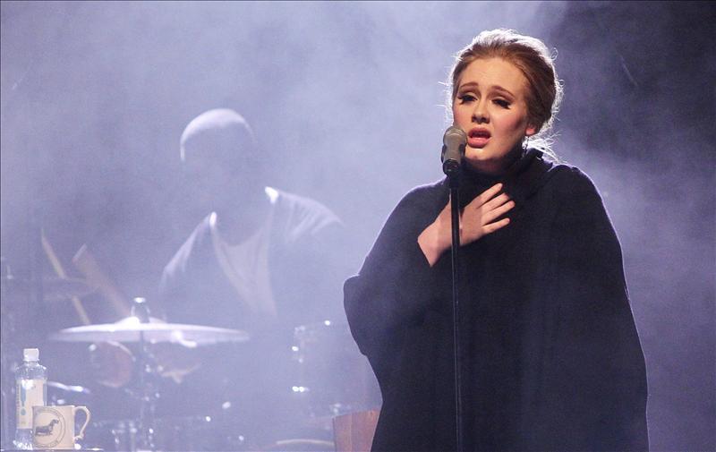 Adele dice que las fotos sexuales que le atribuye un medio galo son falsas