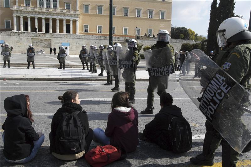 Continúa la tensión social en Grecia a tres días de la aprobación del rescate