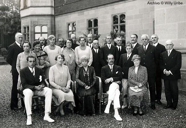 Gobierno vasco recibe la colección de fotografías de la familia real hallada en un contenedor de Getxo (Vizcaya)