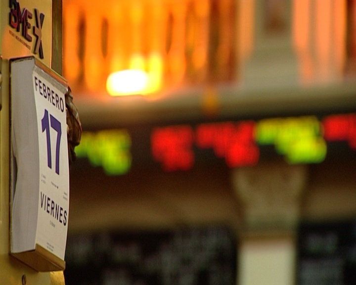El Ibex rebota casi un 1% a media sesión y busca limitar las pérdidas semanales