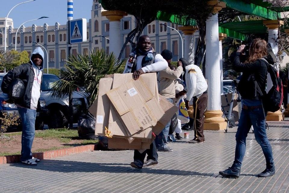 Medio centenar de congoleños levanta su campamento en Melilla tras once días durmiendo a la intemperie