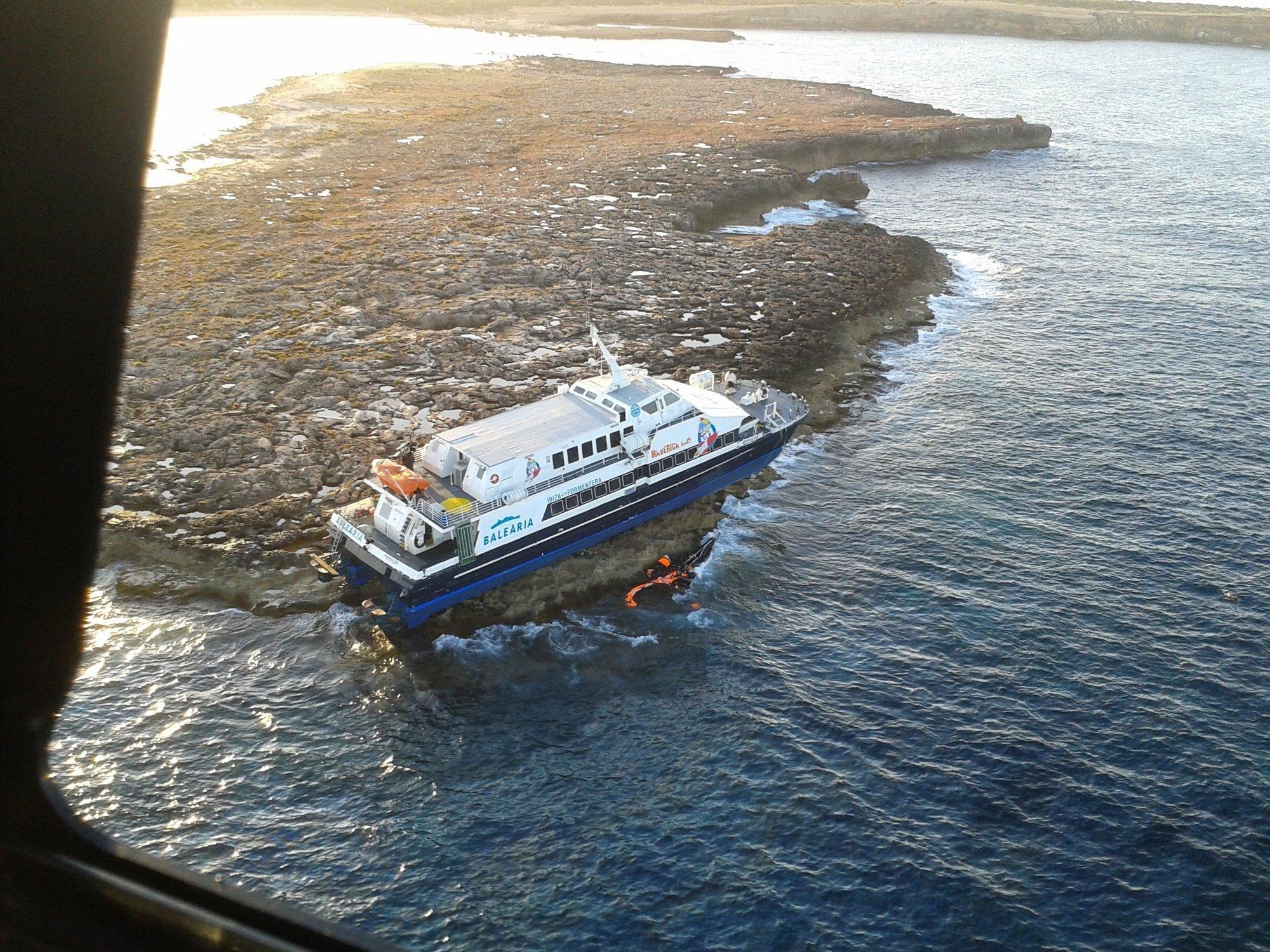 Baleària continúa con la descontaminación del buque varado y prevé presentar el plan de reflotamiento la próxima semana
