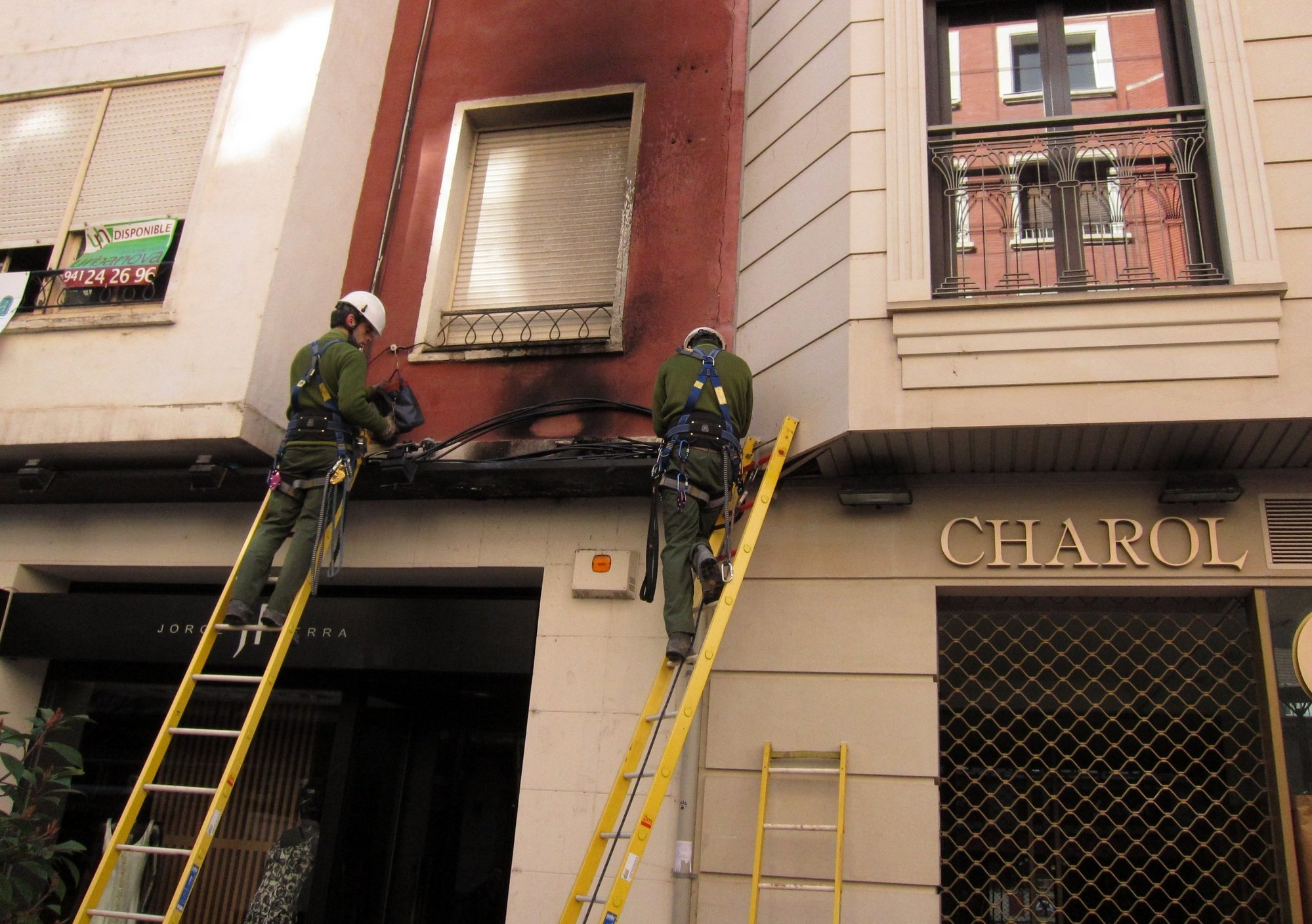 Bomberos del Ayuntamiento de Logroño sofocan un pequeño incendio al arder los focos de un local comercial