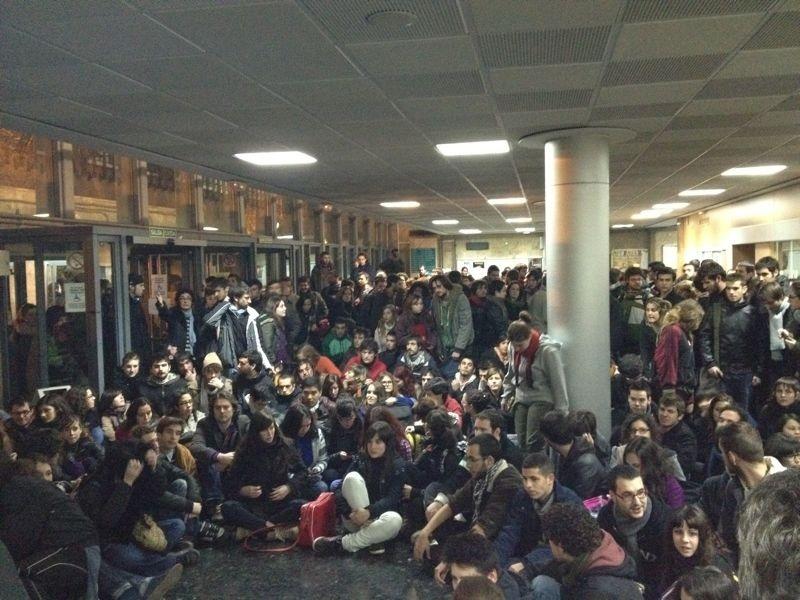 Los estudiantes reunidos en la Facultad de Historia de Valencia no abandonarán la calle hasta que Sánchez de León dimita