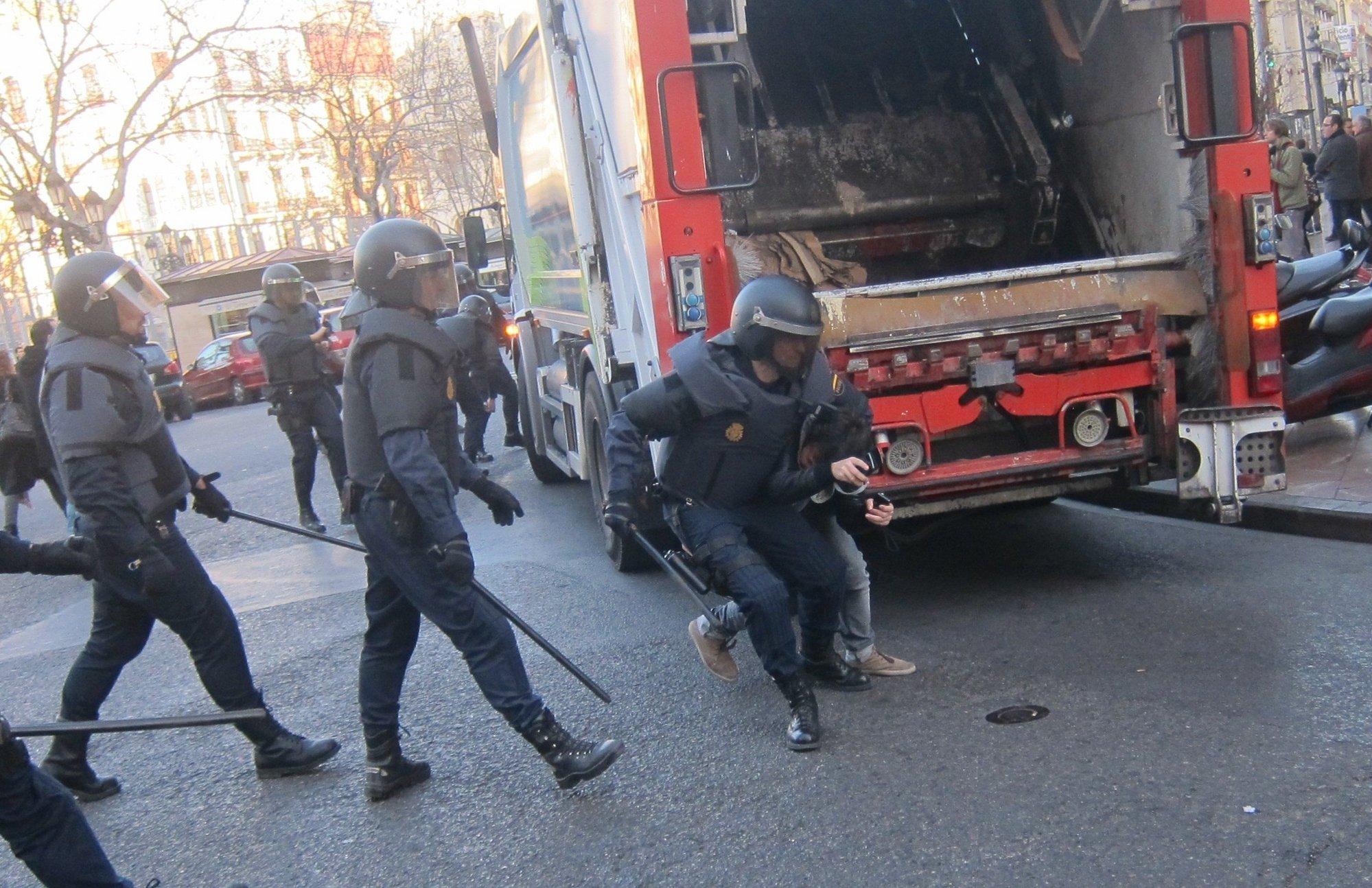 Correcalles y escaramuzas entre policías y estudiantes en el centro de Valencia