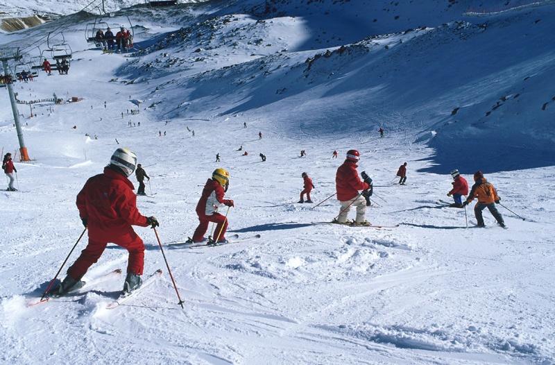 Más de 1.800 esquiadores disfrutan de una jornada de cielo despejado en Fuentes de Invierno