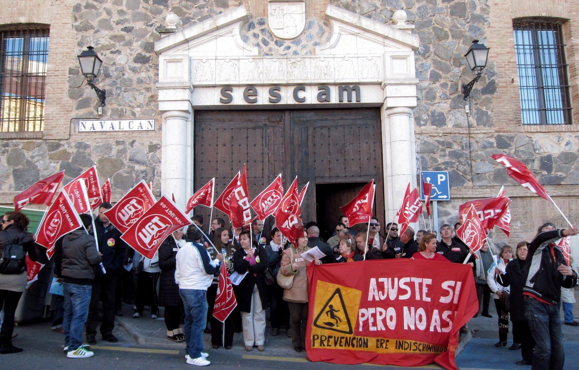 Unos 50 trabajadores de Socialmancha exigen en Toledo el pago atrasado de nóminas y un ERE dialogado y no impuesto