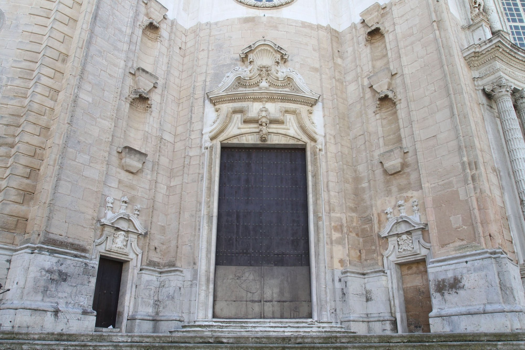 Ayuntamiento limpia las pintadas aparecidas en la fachada de la catedral tras el primer fin de semana de Carnaval