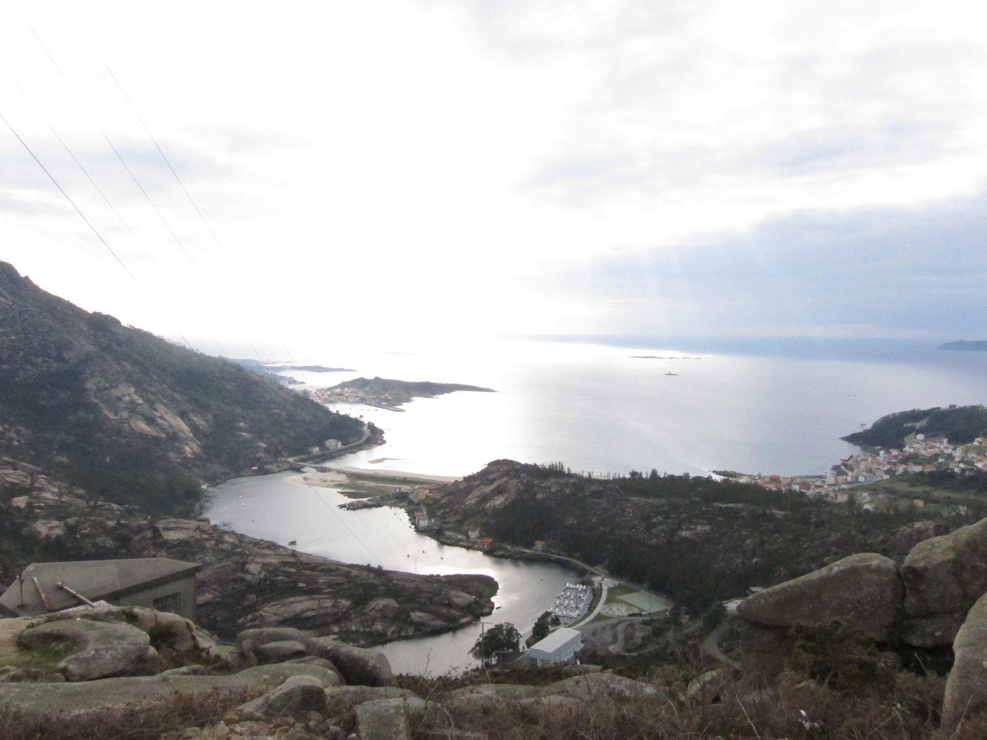Buzos y una embarcación siguen la búsqueda de un posible cuerpo avistado en la playa de Ézaro, en Dumbría (A Coruña)