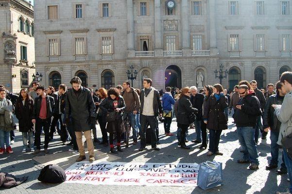 Jóvenes se concentran ante la Jefatura de la Policía Nacional de Barcelona en solidaridad con estudiantes valencianos