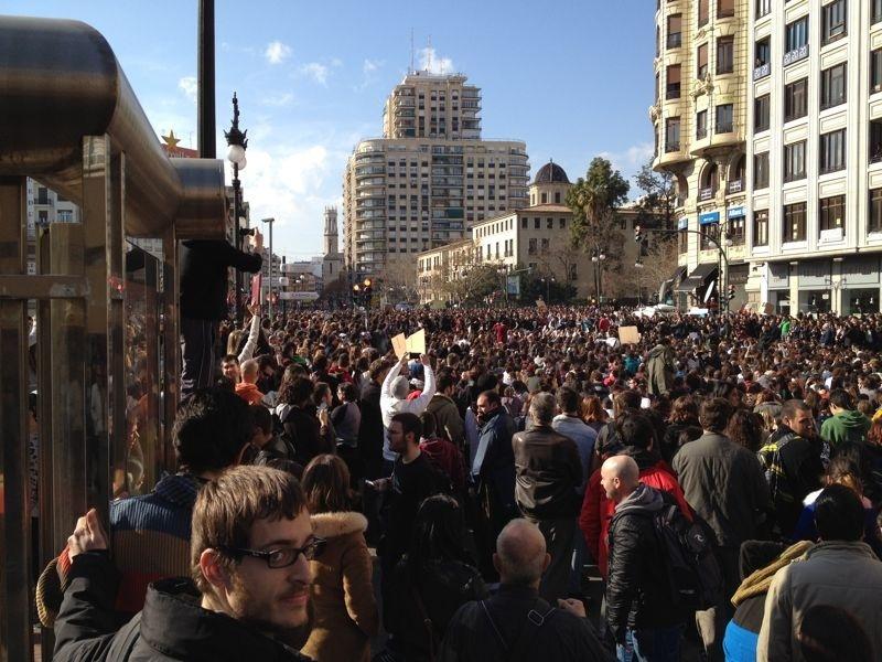 Miles de personas muestran sus libros como protesta en la estación del norte de Valencia