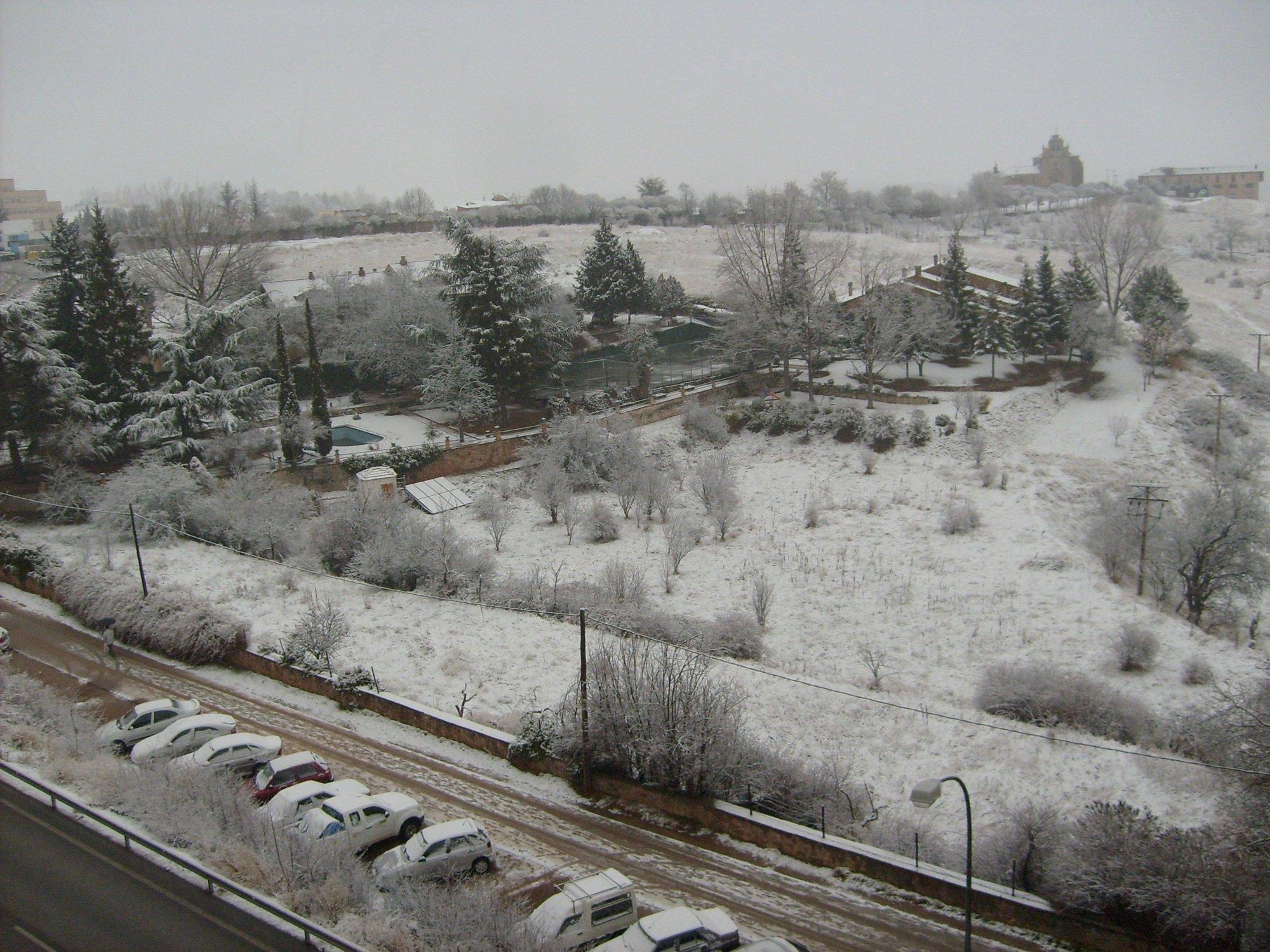 La nieve obliga a circular con cadenas en el puerto de La Sía (Burgos)