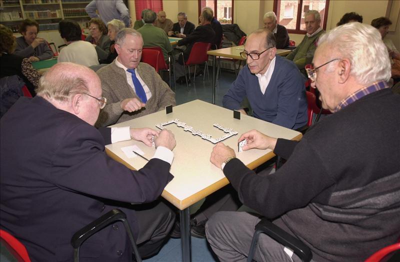 Jugar al dominó y hablar estimulan más el cerebro que los videojuegos