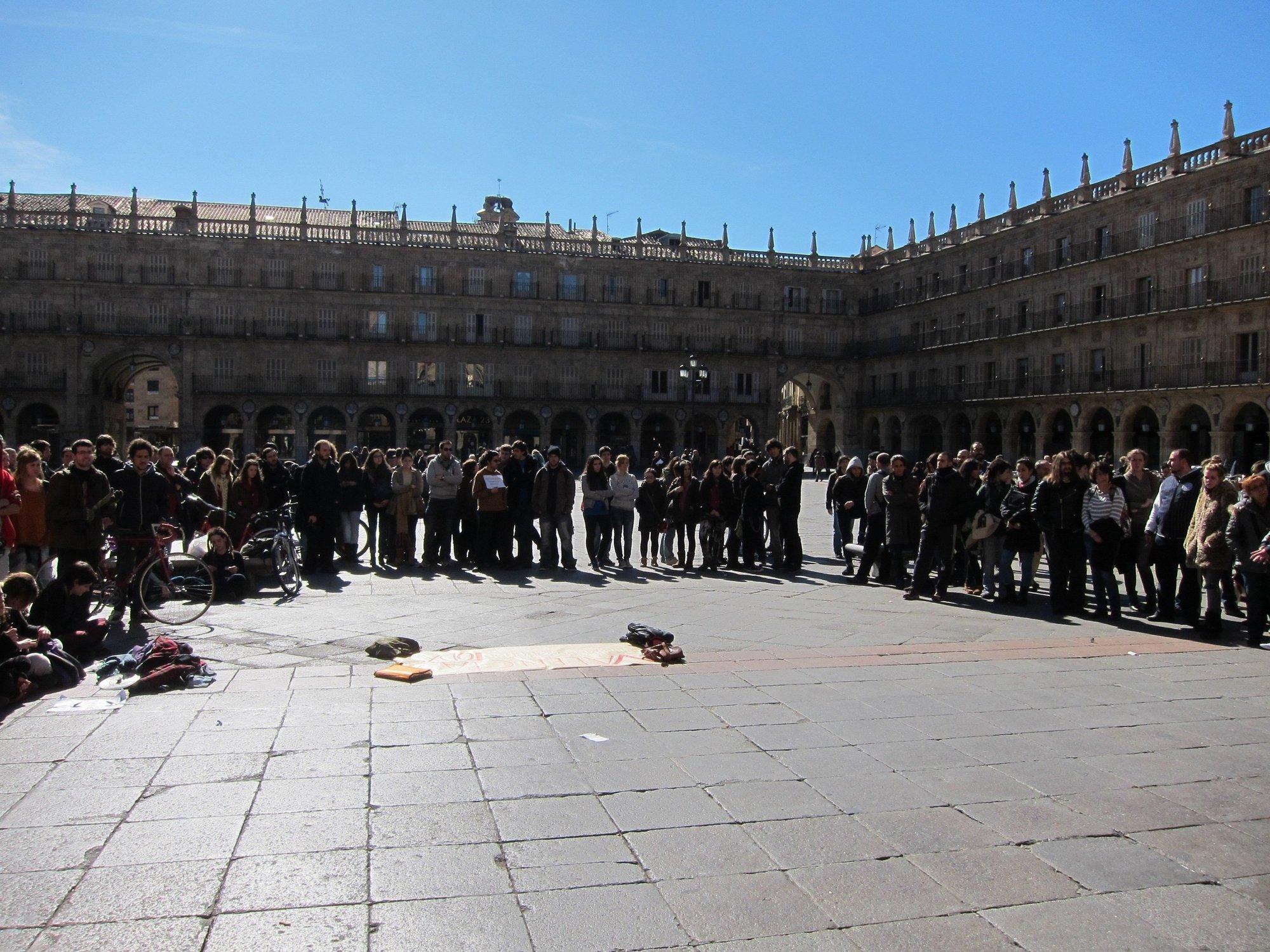 Un centenar de salmantinos se concentra en la Plaza Mayor para mostrar su apoyo a los estudiantes de Valencia