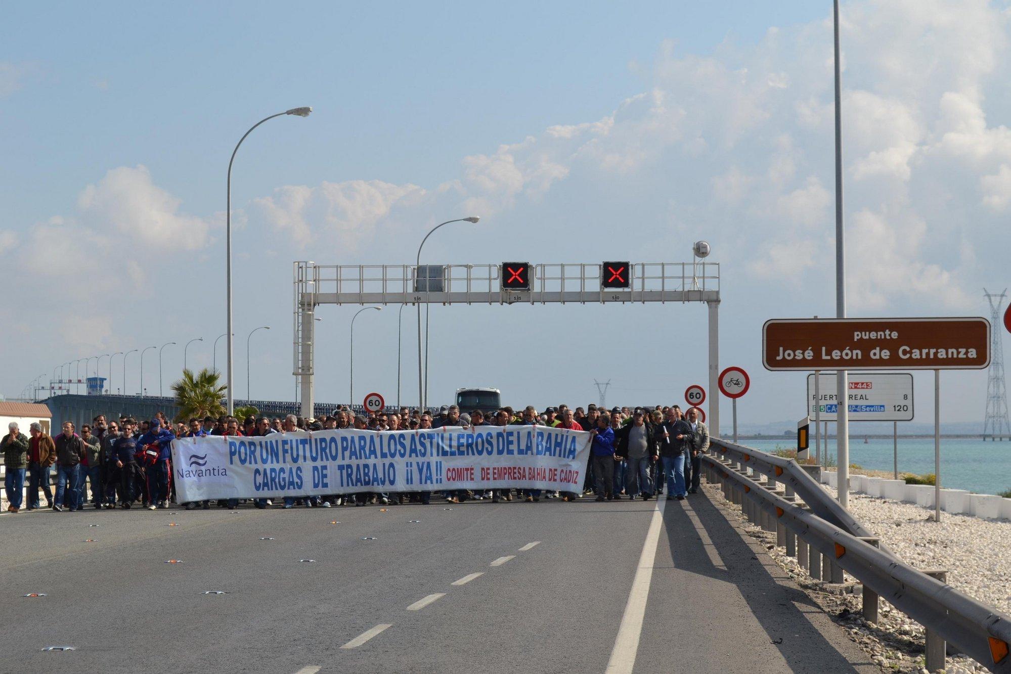 Trabajadores de las tres factorías de Navantia marchan a pie hasta la capital gaditana para pedir trabajo