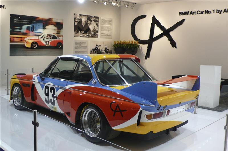 El legendario automóvil de BMW tuneado por Alexander Calder se exhibe en la TEFAF
