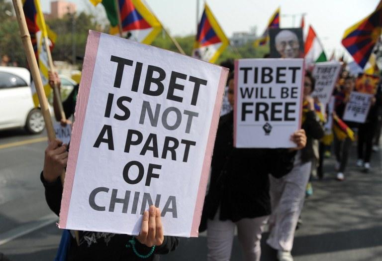 Miles de tibetanos se reúnen en China tras una nueva inmolación