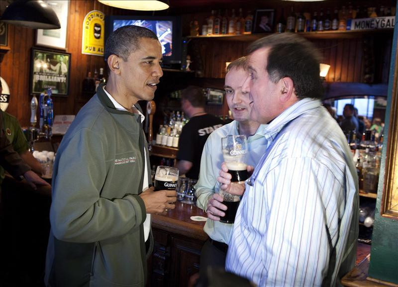 Obama celebra el Día de San Patricio a lo grande… cerveza en mano