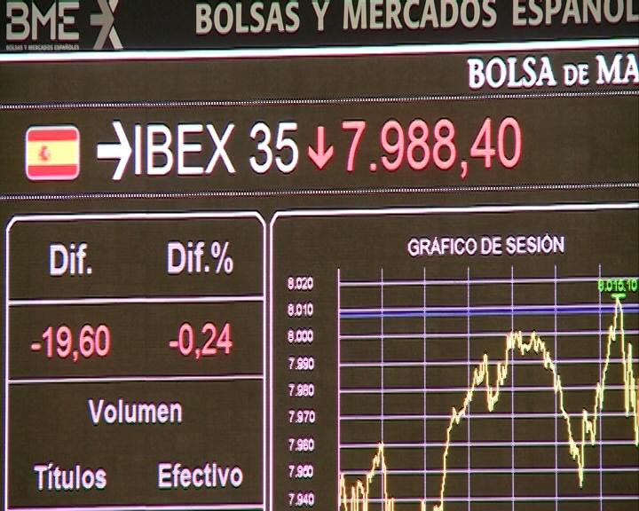 (Ampl.) El Ibex retrocede un 2% y agudiza el mínimo anual a los 7.660 enteros, con la prima en 390 puntos