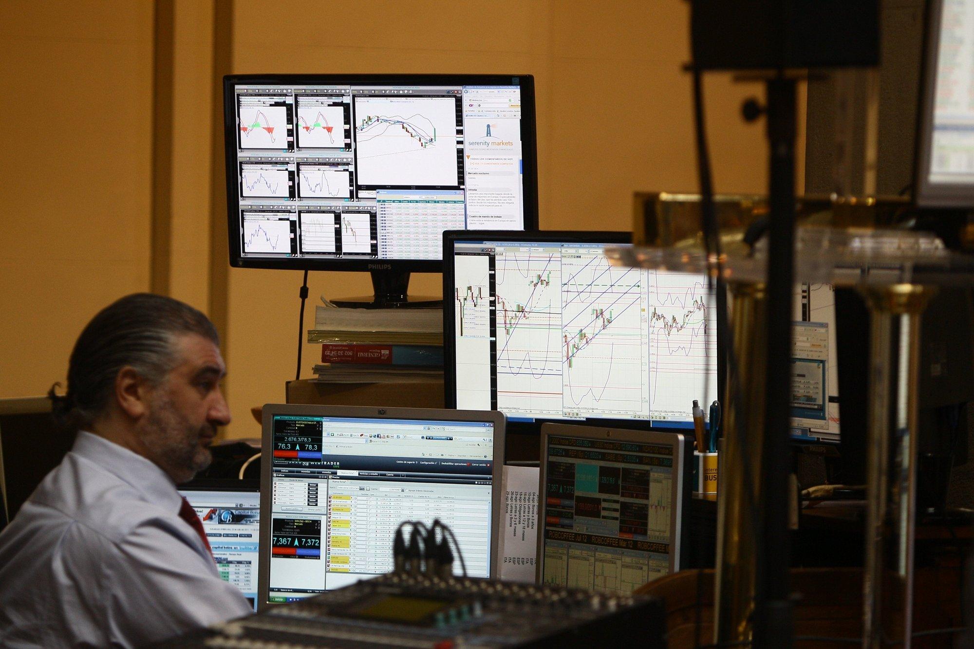 El Ibex abre con ligeras subidas pero la prima de riesgo no se relaja de los 390 puntos básicos