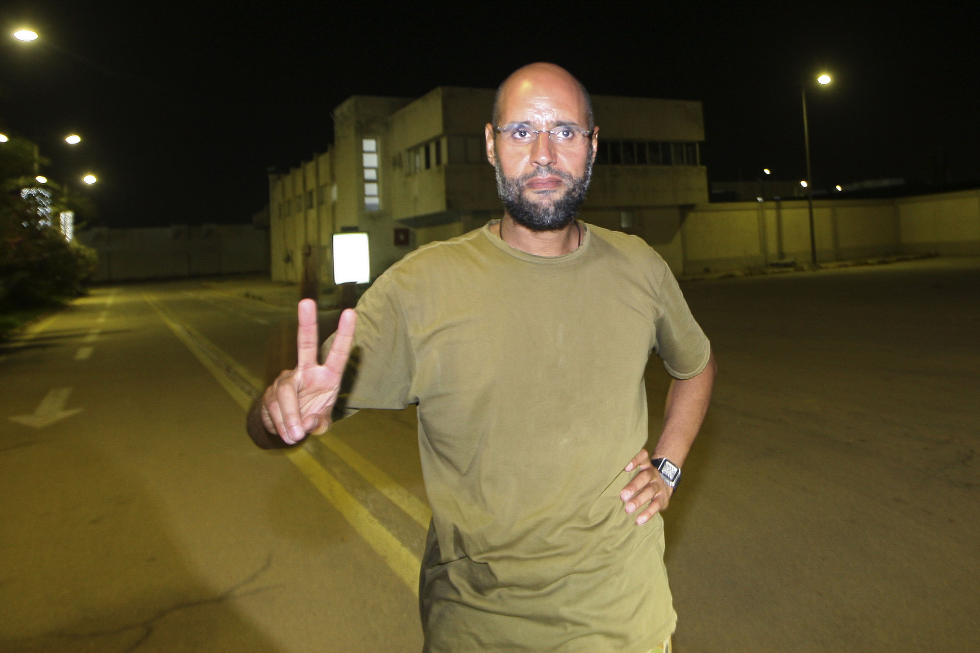 Agreden al hijo de Gadafi en la cárcel en la que estaba en régimen de aislamiento