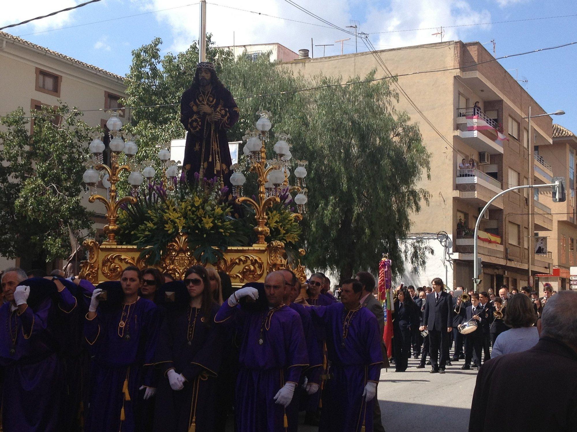 El municipio de Blanca (Murcia) celebra la tradicional puja de imágenes por la que se subastan los santos
