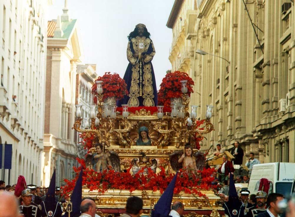 La lluvia da una tregua a los fieles y permite que salga la procesión de Jesús el Pobre