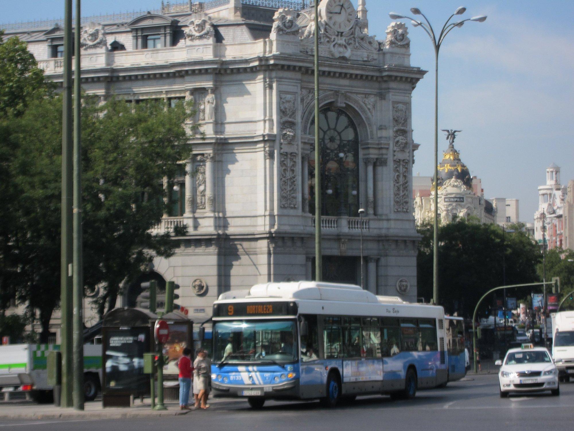Los viajeros de la EMT se dejan en los autobuses bastones, libretas de ahorros, un carro de la compra y hasta un colchón