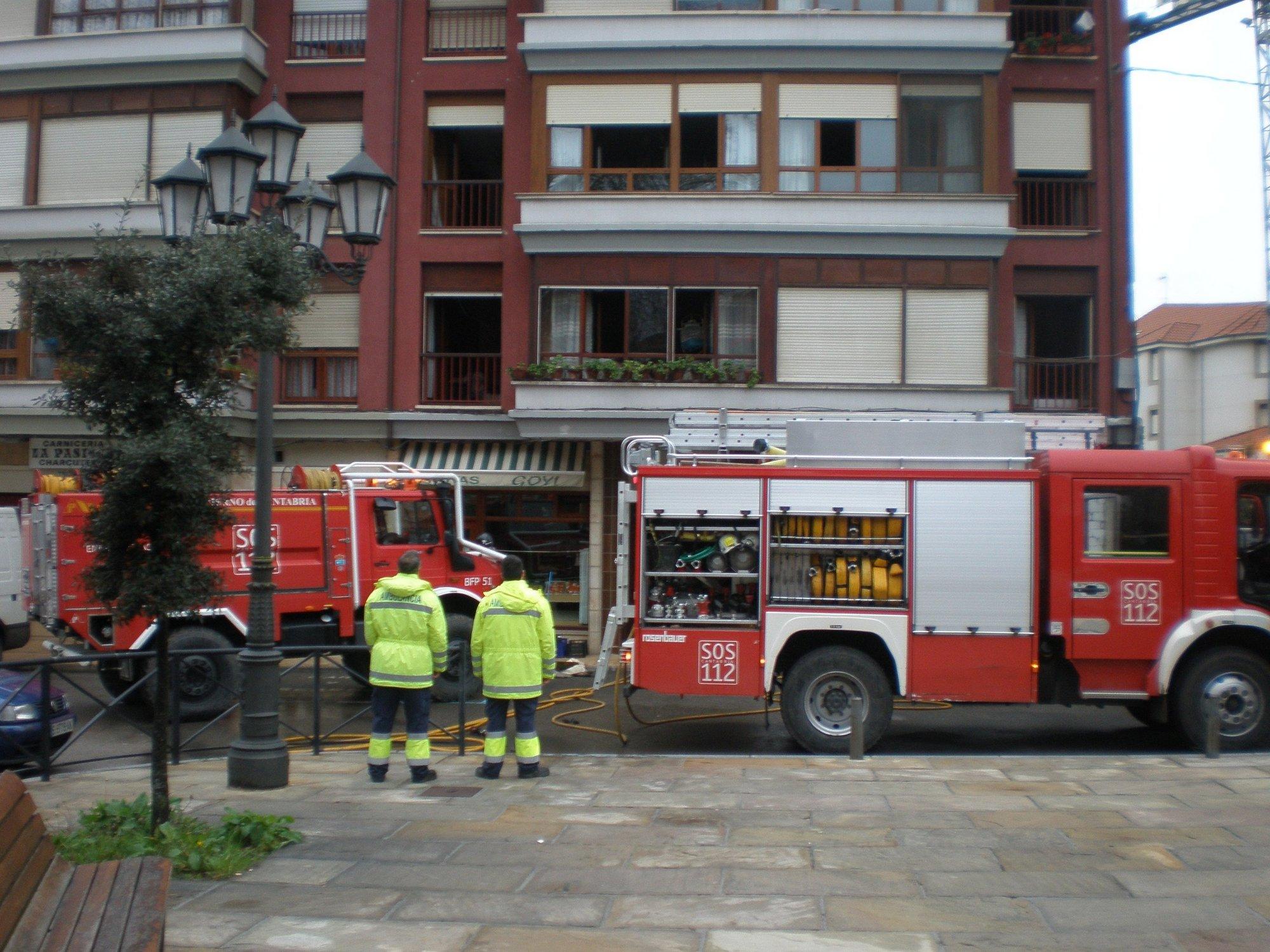 Bomberos del 112 de Villacarriedo rescatan a una pareja atrapada por el humo al incendiarse su piso en Selaya