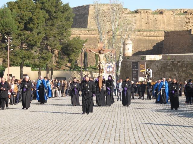 Centenares de personas participan en la procesión del Via Crucis de Lérida