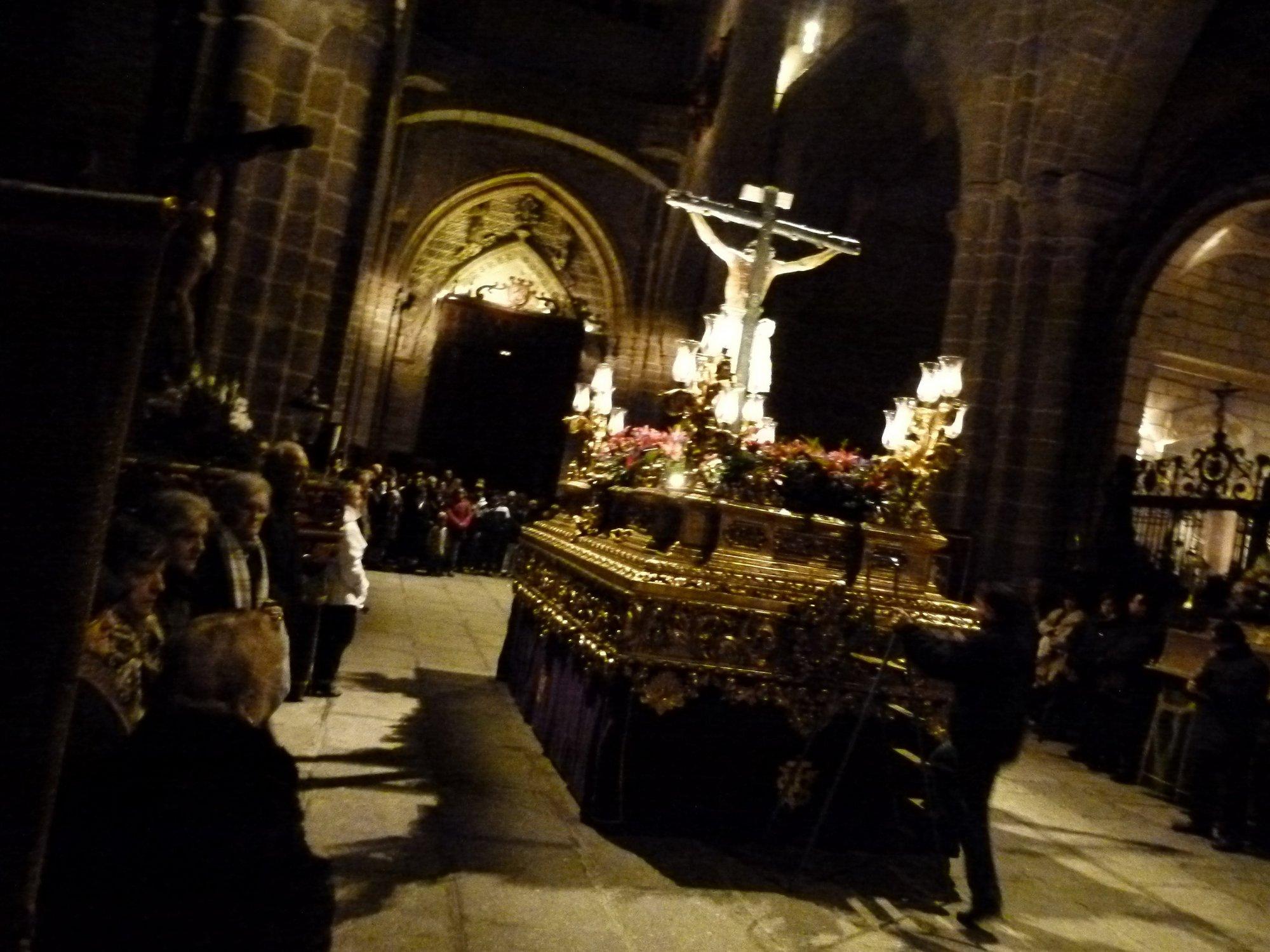 El »Via Crucis» de Ávila cambia el escenario de la Muralla por el interior de la Catedral a causa de la nieve