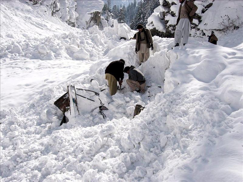 Alrededor de cien soldados sepultados por un alud de nieve en Pakistán