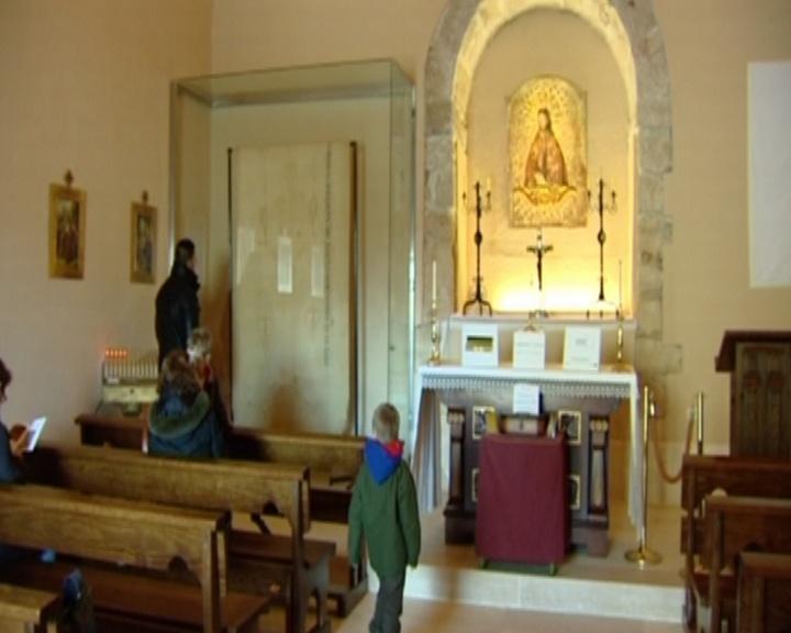 Una copia de la Sábana Santa se exhibe en la Ermita de la Soledad de Torres de la Alameda