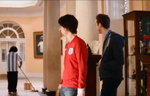 Inglaterra se venga de Argentina en un anuncio de cerveza poniendo a Maradona a fregar suelos