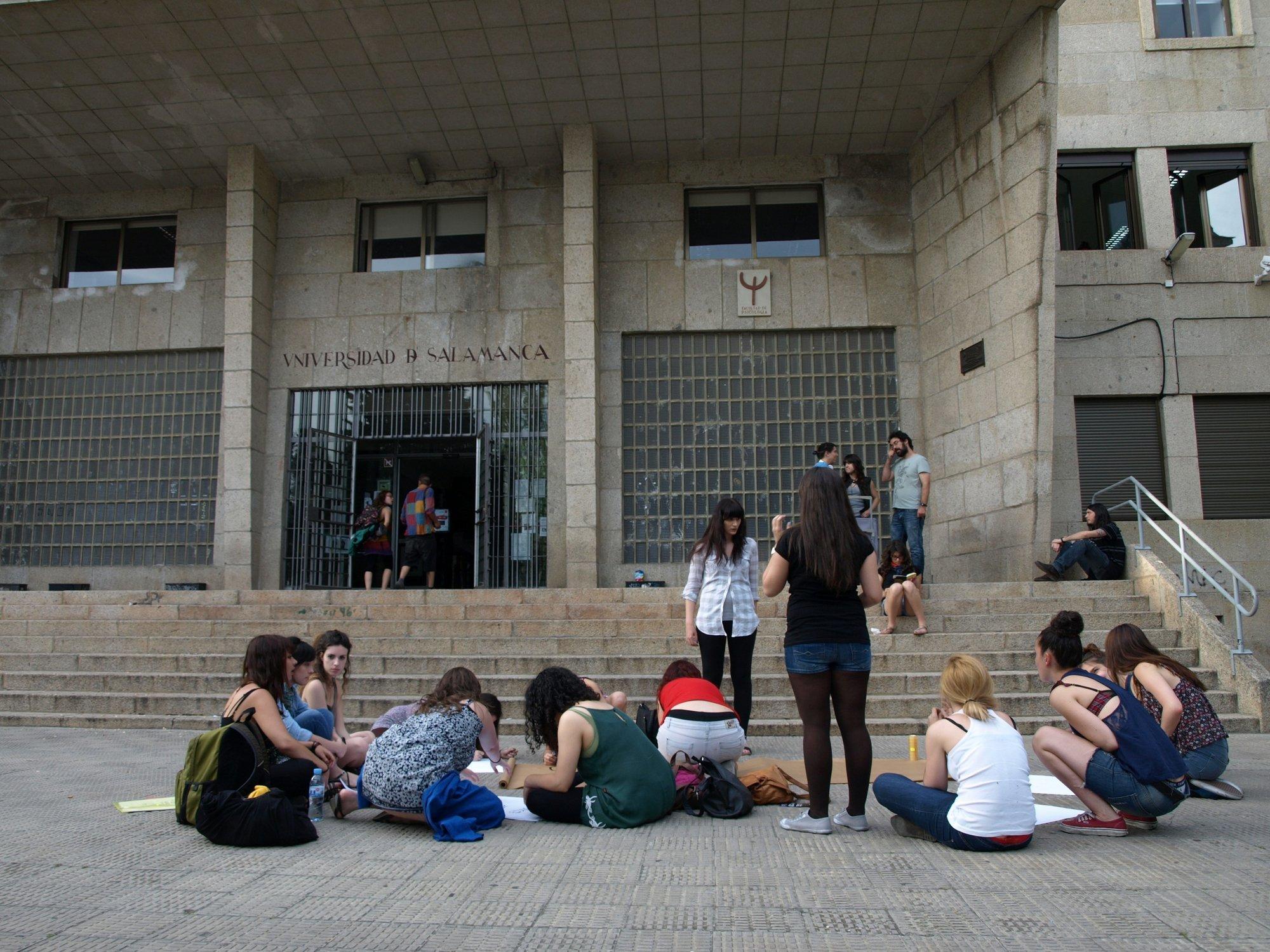 Un grupo de estudiantes se encierra «contra los recortes en educación» en la Universidad de Salamanca