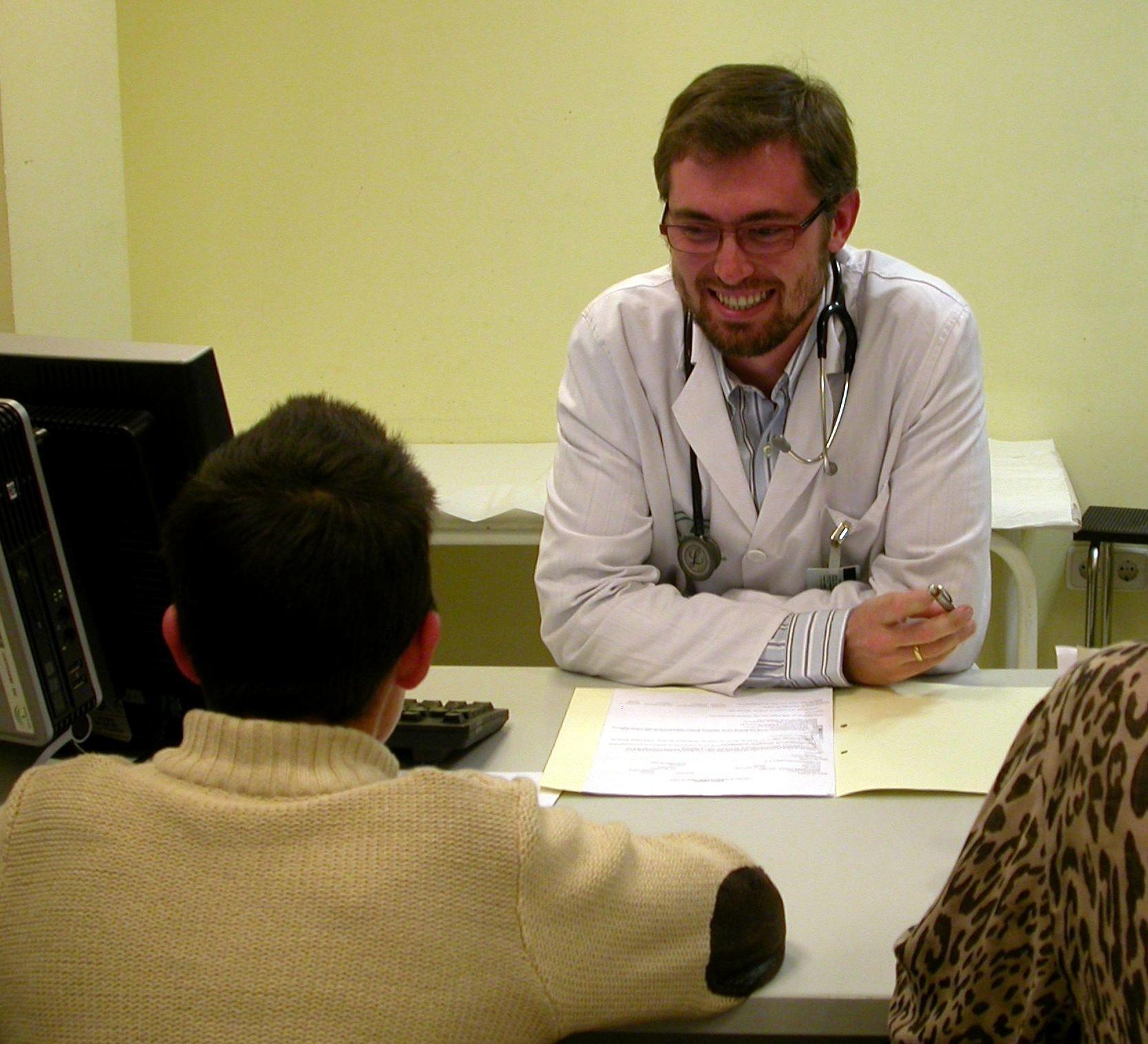 Los médicos funcionarios de C-LM estudian si recurrir la medida de la Junta de convertirlos en personal estatutario