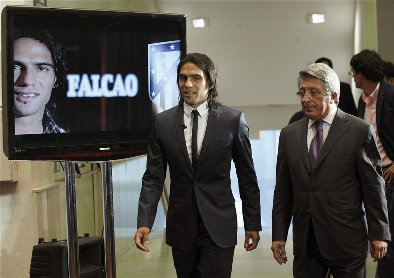 El presidente del Atlético asegura que no hay ofertas concretas por Falcao