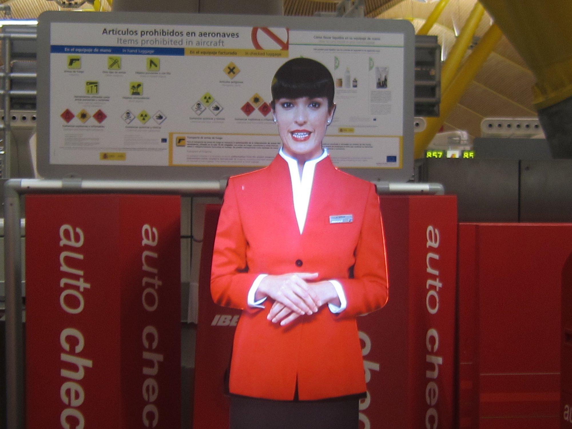 Iberia »contrata» dos agentes virtuales en Barajas para incentivar el »check-in» de máquina