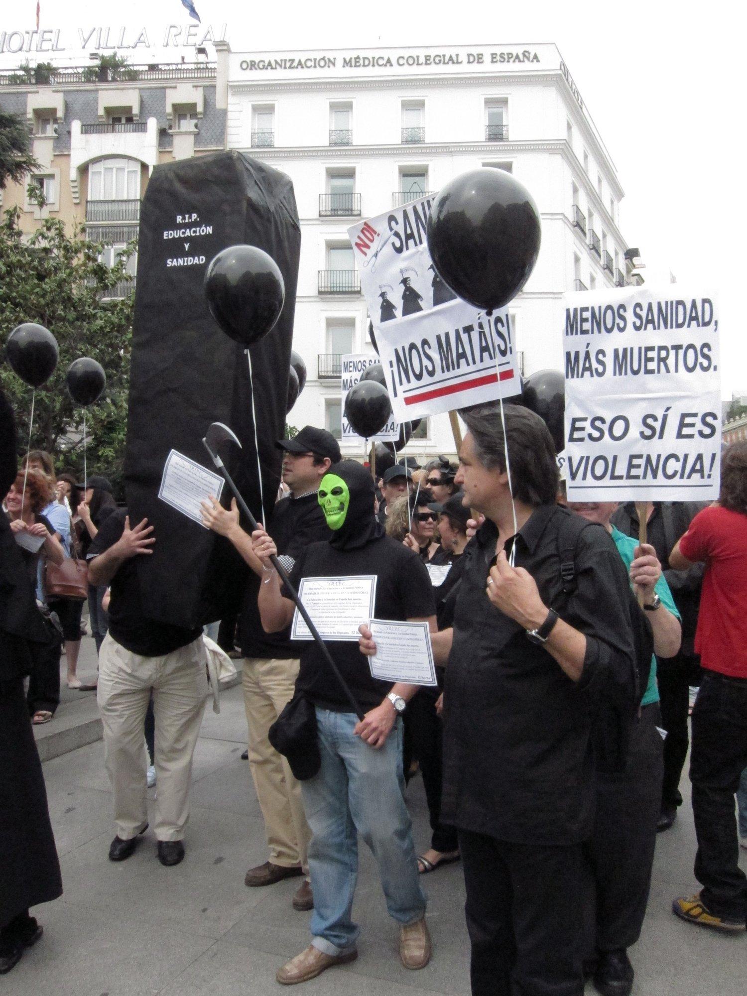 Manifestaciones de luto frente al Congreso en protesta por las reformas en Sanidad y Educación