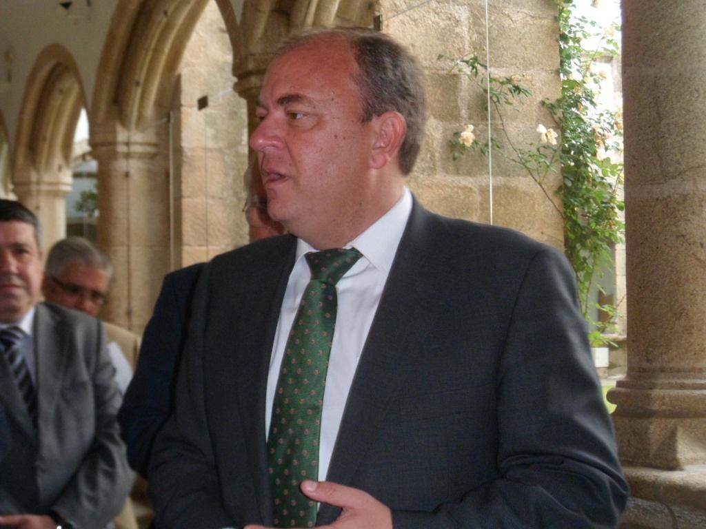 Monago destaca que no tiene «en mente» bajar el sueldo a los funcionarios como en Andalucía