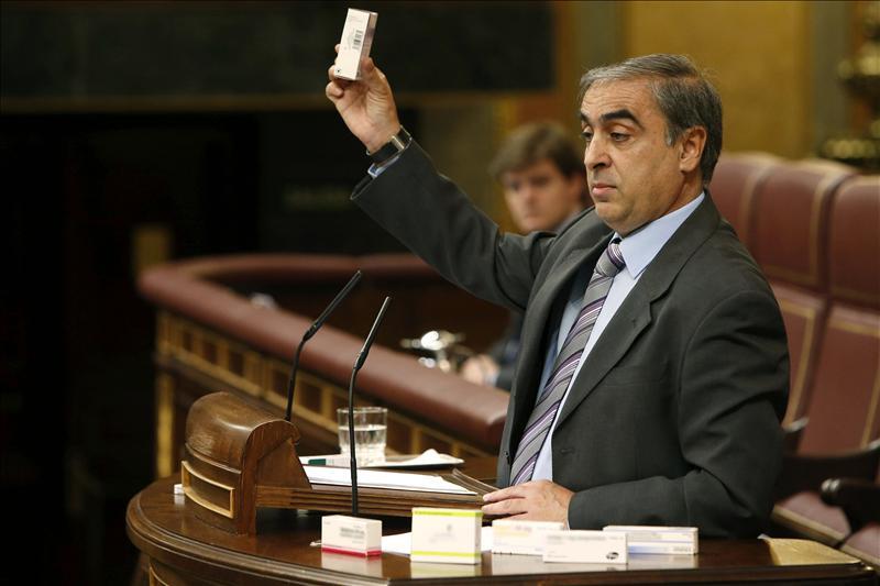 El PSOE exhibe en el Pleno fármacos de una vecina de Guadix para denunciar el copago