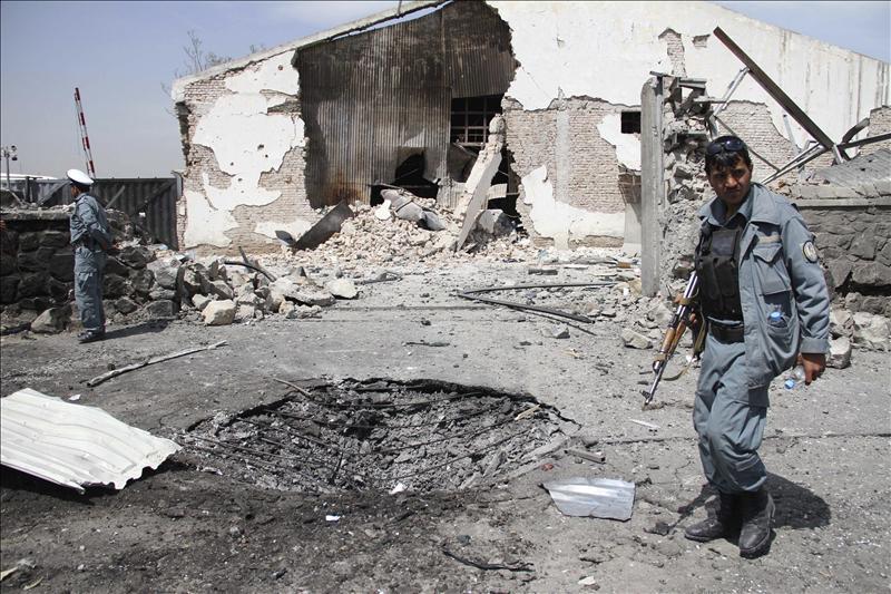5 Talibanes y 2 policías mueren en un ataque contra un centro oficial afgano